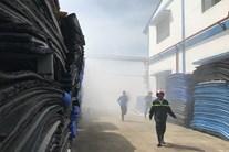 Cháy lớn tại công ty giày, 6 công nhân và 1 cảnh sát bị ngạt khí