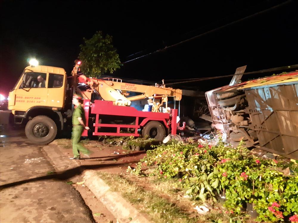 Khoảng 3h sáng 16.7, tại km9 (đối diện khu du lịch Kotam, quốc lộ 26, đoạn qua xã Ea Tu, TP. Buôn Ma Thuột, Đắk Lắk) xảy ra vụ tai nạn giao thông nghiệm trọng khiến ít nhất 1 người chết và 10 người bị thương. Ảnh: LX