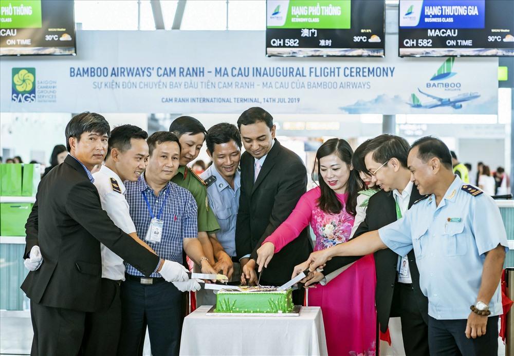 Các khách mời cắt bánh mừng lễ khai trương đường bay mới Cam Ranh – Ma Cao.