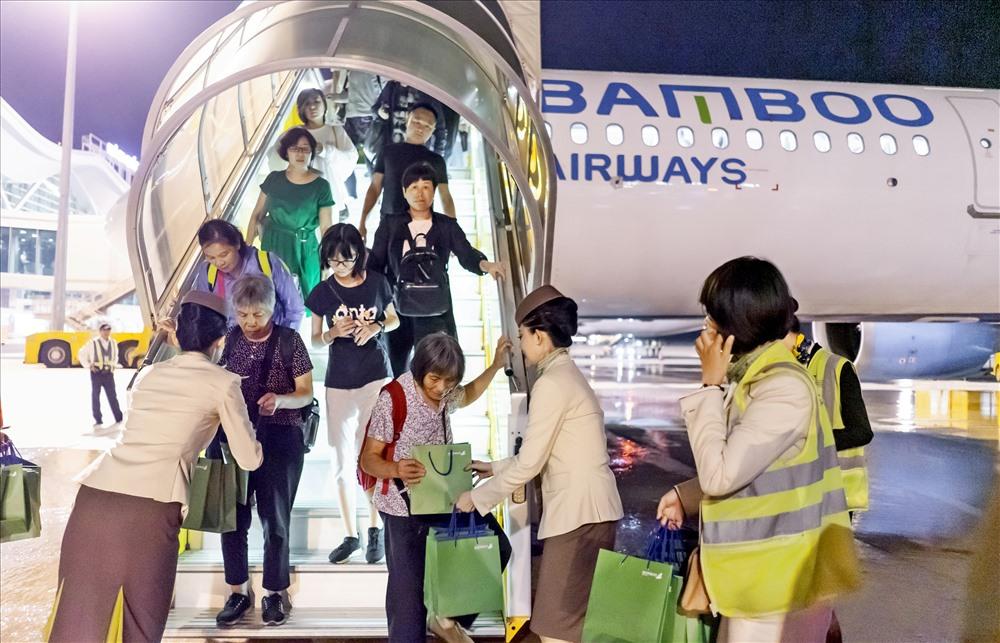 Bamboo Airways gửi tặng những phần quà đến các khách hàng trên chuyến bay Ma Cao – Cam Ranh đầu tiên