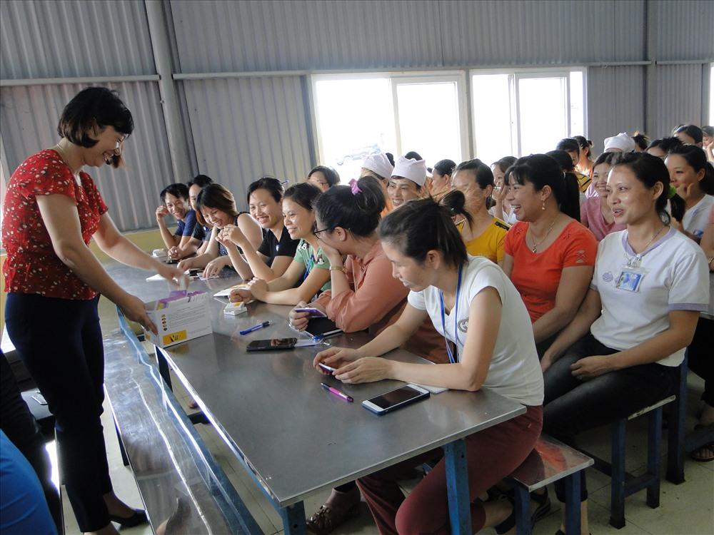 Công nhân lao động được phát thuốc miễn phí và tư vấn về sức khỏe sinh sản. Ảnh: B.Mạnh