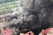 Cột khói bốc cao hàng chục mét trong vụ cháy nhà hàng ở Hà Nội