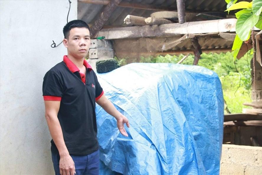 Bể nước nhà anh Sơn đã được công an quây bạt xanh để điều tra. Ảnh: MT.