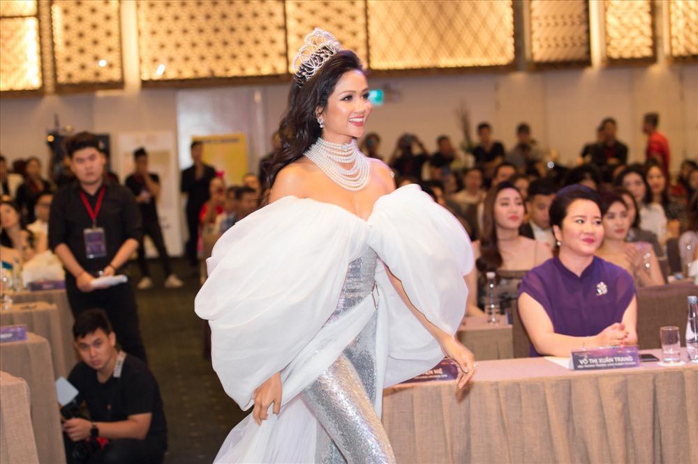 Hoa hậu H'Hen Niê được tặng chiếc vương miện trị 2,7 tỉ đồng. Tân Hoa hậu Hoàn vũ Việt Nam 2019 sẽ được trao một chiếc vương miện mới. Ảnh: MUVN.