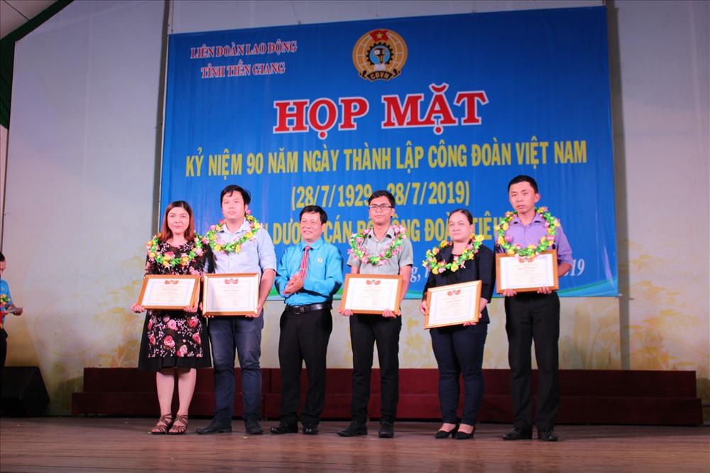 Các nhà báo chuyên nghiệp có tác phẩm tốt cho phong trào công nhân và hoạt động CĐ được trao giải thưởng.