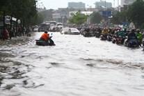 Đại lộ đẹp nhất Sài Gòn ngập như sông sau mưa lớn