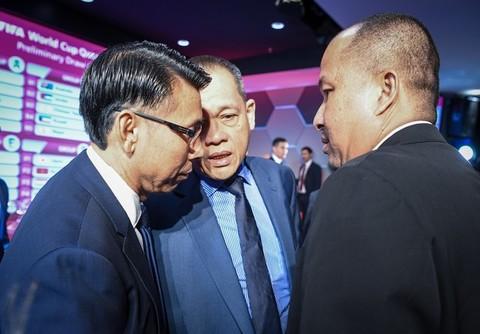 Nhiều thách thức đang chờ đón HLV Tan Cheng Hoe (trái) và các học trò ở vòng loại thứ 2 World Cup 2022 khu vực Châu Á. Ảnh: Bernama