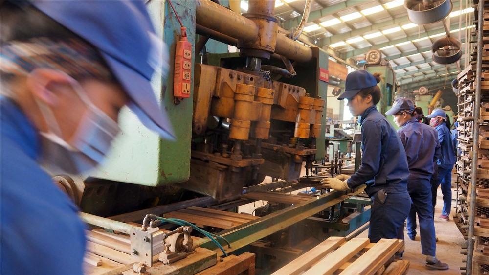 Do đầu tư, cải tiến nhiều công trình tự động hóa cao, công nhân Cty CP gạch ngói Đất Việt làm việc trong điều kiện an toàn, vệ sinh công nghiêp tốt năng suất chất lượng cao. Ảnh: T.N.D