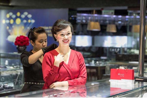 Doanh nhân nhận định, các thiết kế kim cương giúp những người phụ nữ thêm tỏa sáng theo vẻ đẹp riêng của mỗi người.