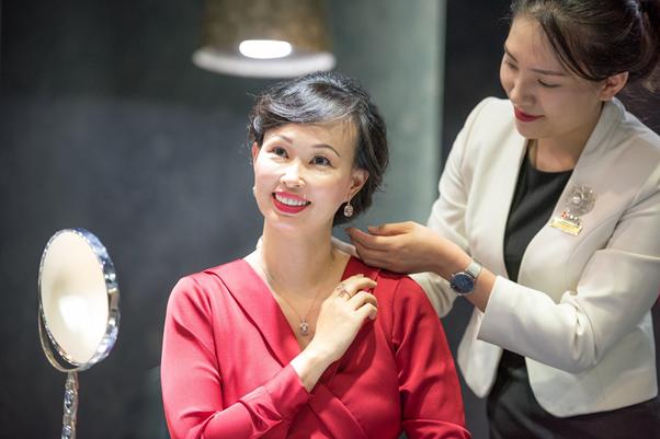 Nữ CEO cũng gửi lời chúc mừng sinh nhật DOJI vượt qua chặng đường 25 năm đạt được nhiều thành tựu. Cô chia sẻ, với kinh nghiệm là một nhà đầu tư, đồng thời cũng là một doanh nhân khởi nghiệp, để khởi đầu một doanh nghiệp thành công đòi hỏi người doanh nhân  cần có rất nhiều đam mê và cống hiến, để có thể tồn tại và phát triển qua nhiều thập kỷ, doanh nghiệp nhất thiết phải duy trì chất lượng và đổi mới liên tục.