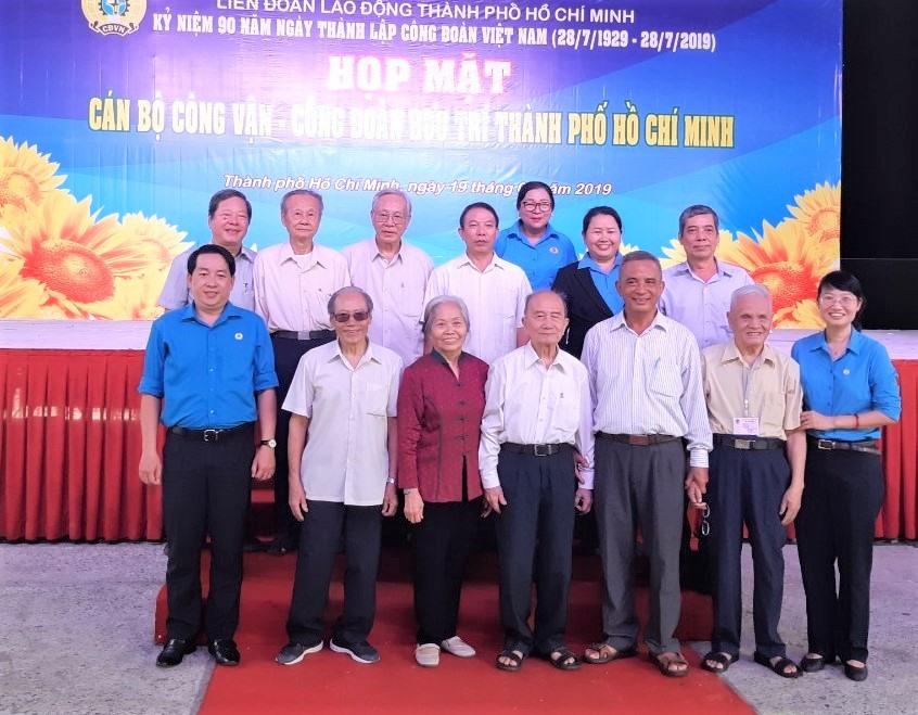 Lãnh đạo LĐLĐ TPHCM qua các thời kỳ chụp ảnh lưu niệm. Ảnh Nam Dương