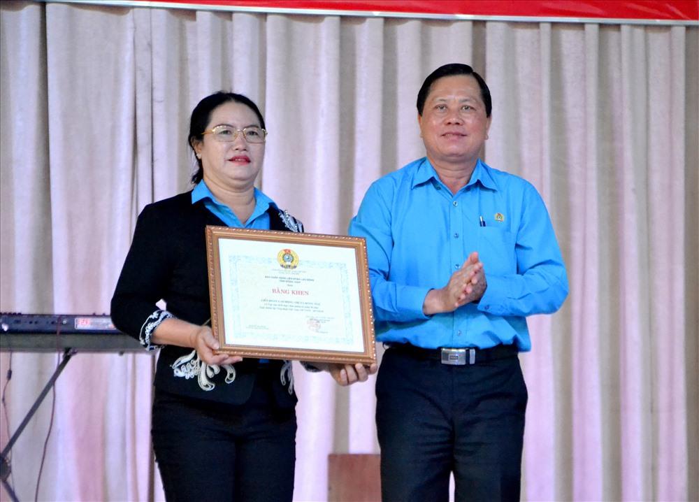 Phó Chủ tịch LĐLĐ Đồng Tháp Nguyễn Thanh Nhàn trao quyết định công nhận việc làm thiết thực cho LĐLĐ thị xã Hồng Ngự. Ảnh: Lục Tùng