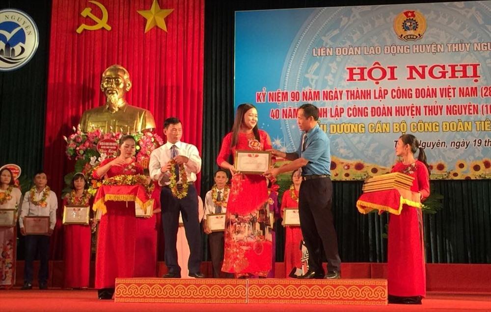 Phó Bí thư Huyện ủy Đỗ Tiến Lợi và Chủ tịch LĐLĐ huyện Thủy Nguyên Nguyễn Văn Quang biểu dương các Chủ tịch Công đoàn tiêu biểu