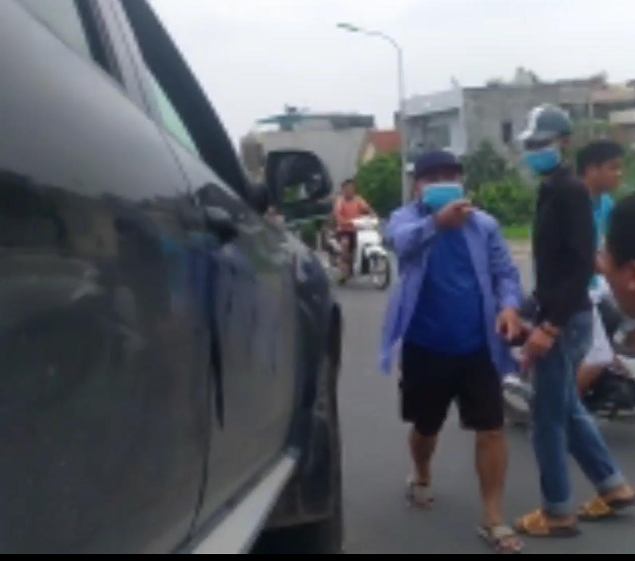 Đối tượng bịt mặt hung hãn chửi bới vào lao về phía phóng viên Báo Tuổi trẻ Thủ đô để tấn công.