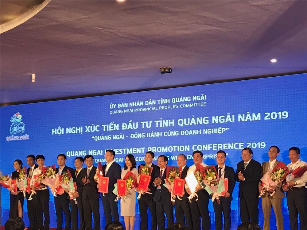Tỉnh Quảng Ngãi trao giấy chứng nhận đăng ký đầu tư, quyết định chủ trương đầu tư cho các dự án. Ảnh: Hà Phương