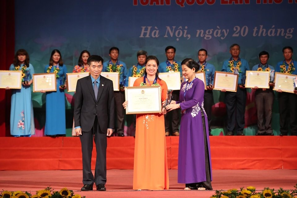 Đồng chí Trần Văn Thuật trao bằng khen cho cán bộ CĐ xuất sắc.