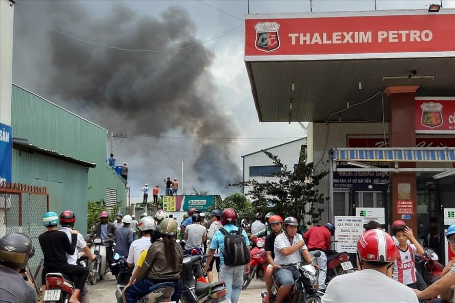 Vụ hỏa hoạn xảy ra ở công ty ngay sát cây xăng - Ảnh: Đình Trọng