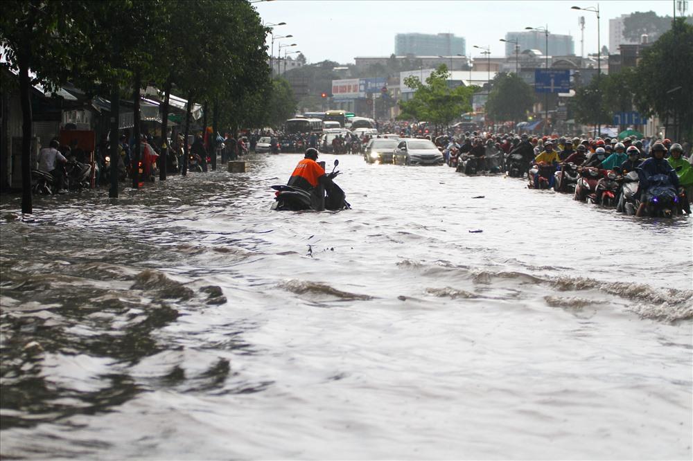 Nước ngập như sông trên đường Phạm Văn Đồng.  Ảnh: M.Q