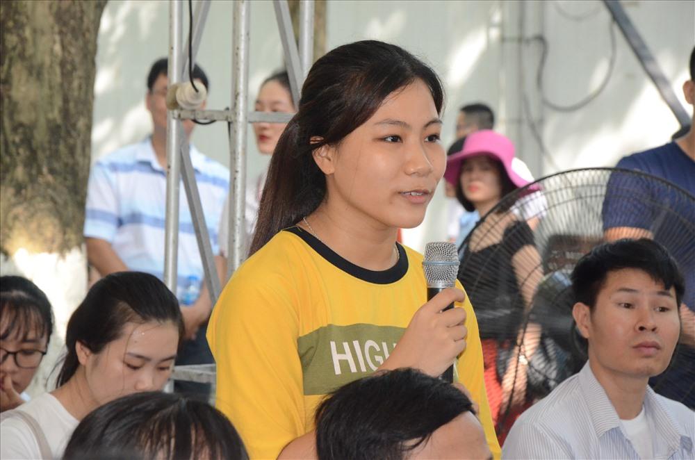 Thí sinh Phạm Hồng Hạnh đặt câu hỏi tại Ngày hội Tư vấn xét tuyển. Ảnh: HN
