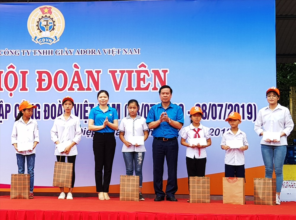 Đại diện lãnh đạo LĐLĐ tỉnh Ninh Bình và LĐLĐ thành phố Tam Điệp trao quà cho con CNLĐ đạt thành tích cao trong học tập. Ảnh: NT