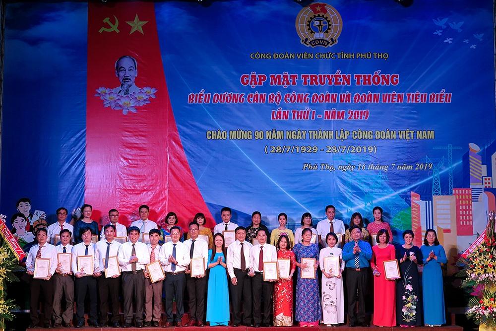 Các cán bộ công đoàn và đoàn viên tiêu biểu trong Khối các cơ quan tỉnh được biểu dương khen thưởng. Ảnh: H.Tuấn