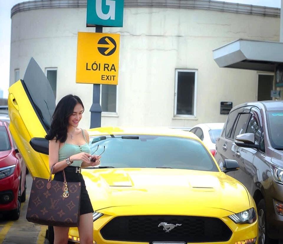 Trước đó, An Khương từng khoe dáng bên nhiều xe sang tiền tỷ khác như Mercedes-Benz GLC 250, Ford Mustang 2019.