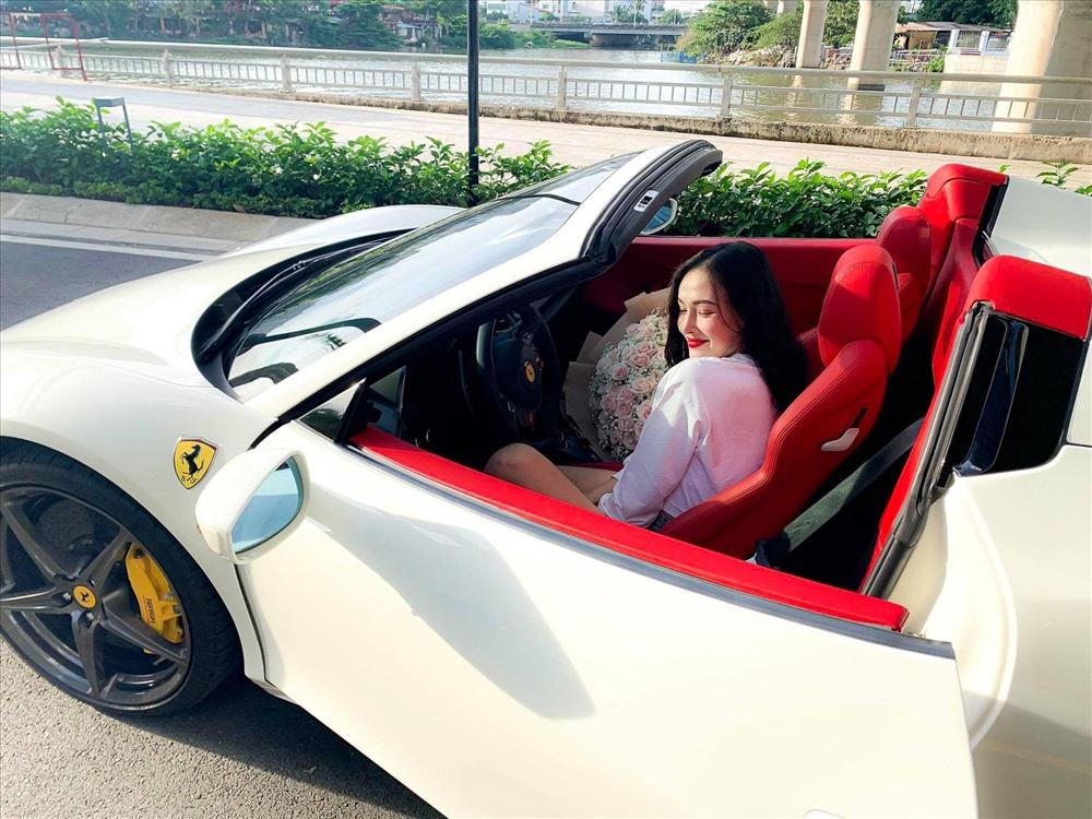 """Được biết, cô gái trẻ sở hữu chiếc siêu xe Ferrari 458 Spider biển """"khủng"""" có tên là An Khương, cô là một hot girl trên mạng xã hội với hơn 12.000 người theo dõi."""