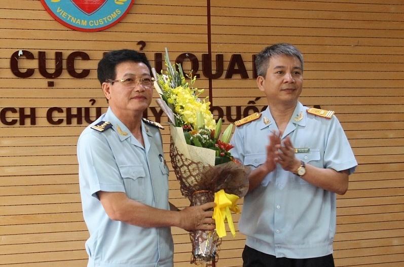 Phó Tổng cục trưởng Tổng cục Hải quan Mai Xuân Thành chúc mừng ông Nguyễn Tiến Lộc