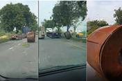 Kinh hãi container đang lưu thông thì văng thùng xe xuống đường
