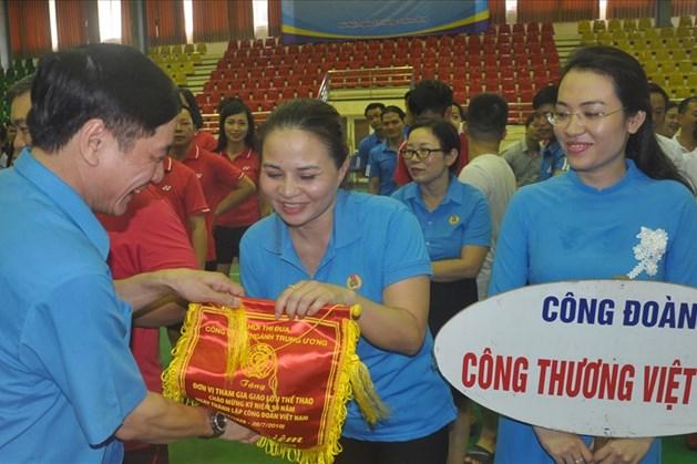 Đồng chí Bùi Văn Cường, Ủy viên Trung ương Đảng, Chủ tịch Tổng Liên đoàn Lao động Việt Nam, Bí thư Tỉnh ủy Đắk Lắk trao cờ lưu niệm cho các đội. Ảnh: Quế Chi
