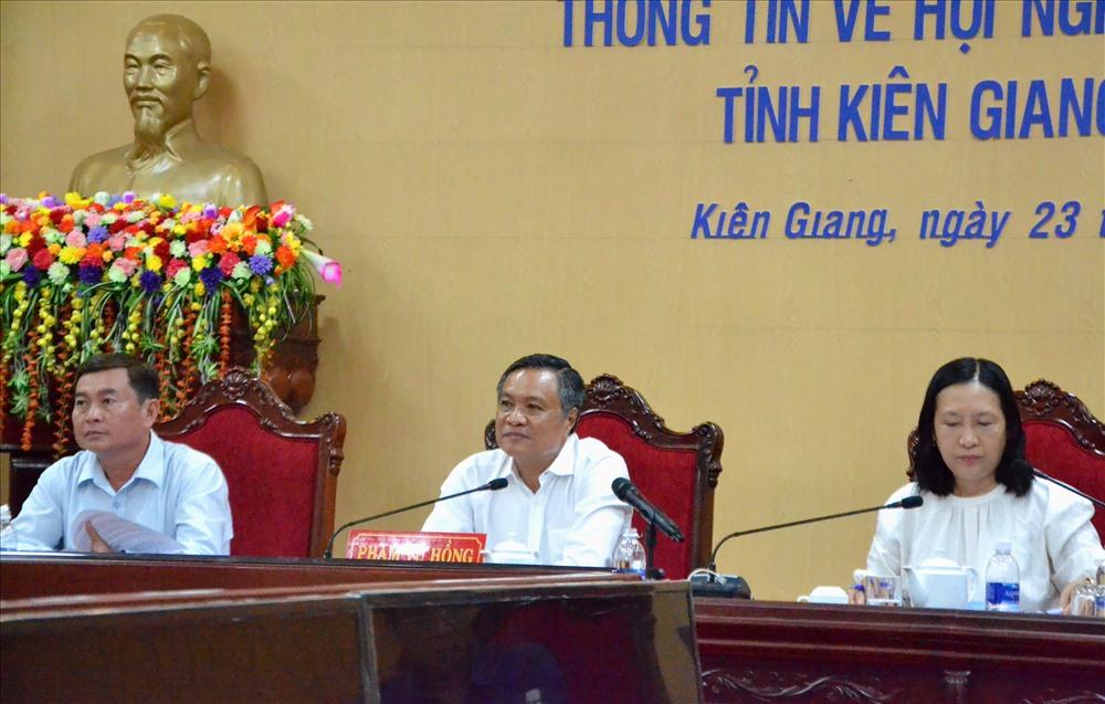 Chủ tịch UBND tỉnh Kiên Giang Phạm Vũ Hồng (giữa) trả lời các câu hỏi báo chí đặt ra. Ảnh: Lục Tùng