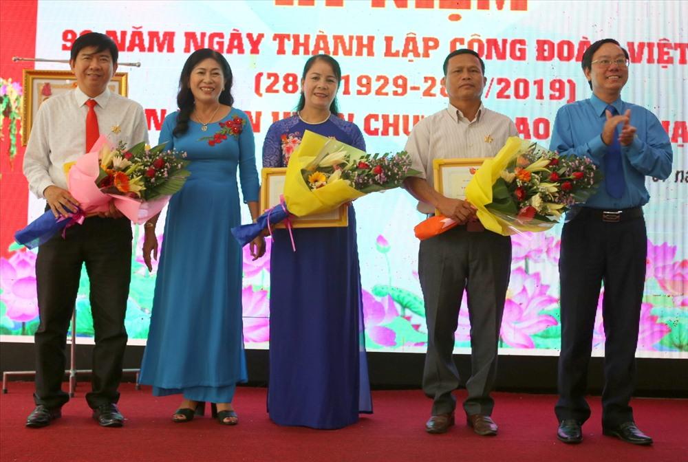 Các cá nhân được tặng kỷ niệm chương vì sự nghiệp xây dựng tổ chức Công đoàn của Tổng LĐLĐ Việt Nam. Ảnh: Hưng Thơ.