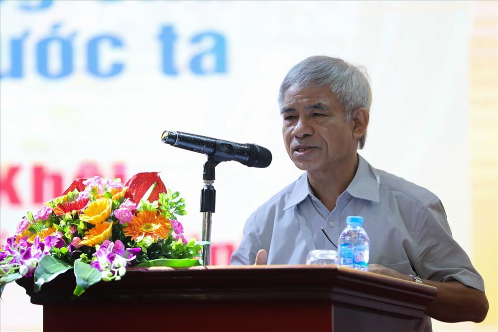 PGS.TS Phan Thanh Khôi, Học viện Chính trị Quốc gia Hồ Chí Minh tham luận tại Hội thảo. Ảnh: Sơn Tùng.
