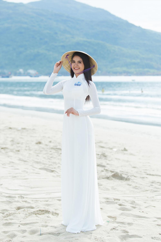 Nằm trong chuỗi các hoạt động của cuộc thi Miss World Việt Nam, các thí sinh đã có một ngày trải nghiệm, khám phá các danh lam thắng cảnh của Đà Nẵng trong trang phục áo dài truyền thống và nón lá. Ảnh: MWVN.