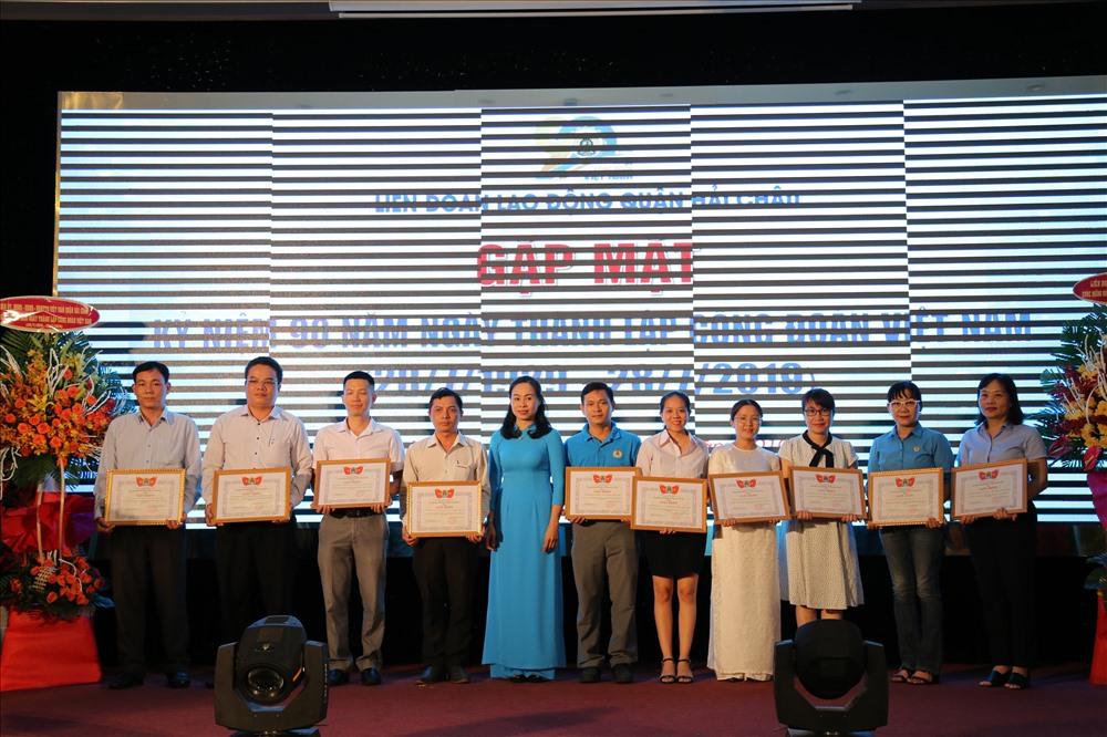 Bà Đỗ Thị Ngọc Yến (thứ 5 từ trái sang) - Phó Chủ tịch LĐLĐ quận Hải Châu tặng giấy khen cho 10 CĐCS trực thuộc LĐLĐ quận, có thành tích tốt trong Tháng Công nhân năm 2019. ảnh: H.Vinh