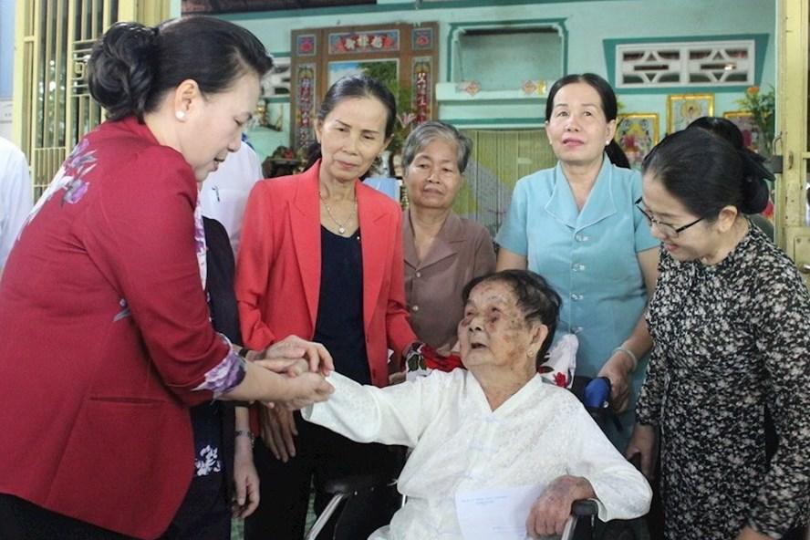 Chủ tịch Quốc hội Nguyễn Thị Kim Ngân thăm bà Trần Thị Tỏ - mẹ liệt sĩ tại xã Phước Thạnh (huyện Củ Chi, TPHCM).  Ảnh: Ngọc Tuyết