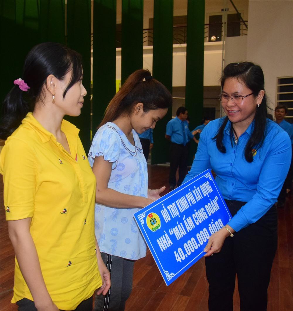 Lãnh đạo LĐLĐ tỉnh Trà Vinh trao tượng trưng mái ấm công đoàn cho đoàn viên và người lao động