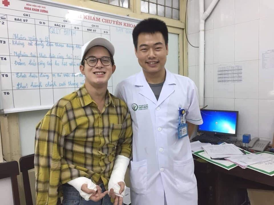 2 tay của Quang Anh đang bị bó nên không thể viết. Ảnh: NH