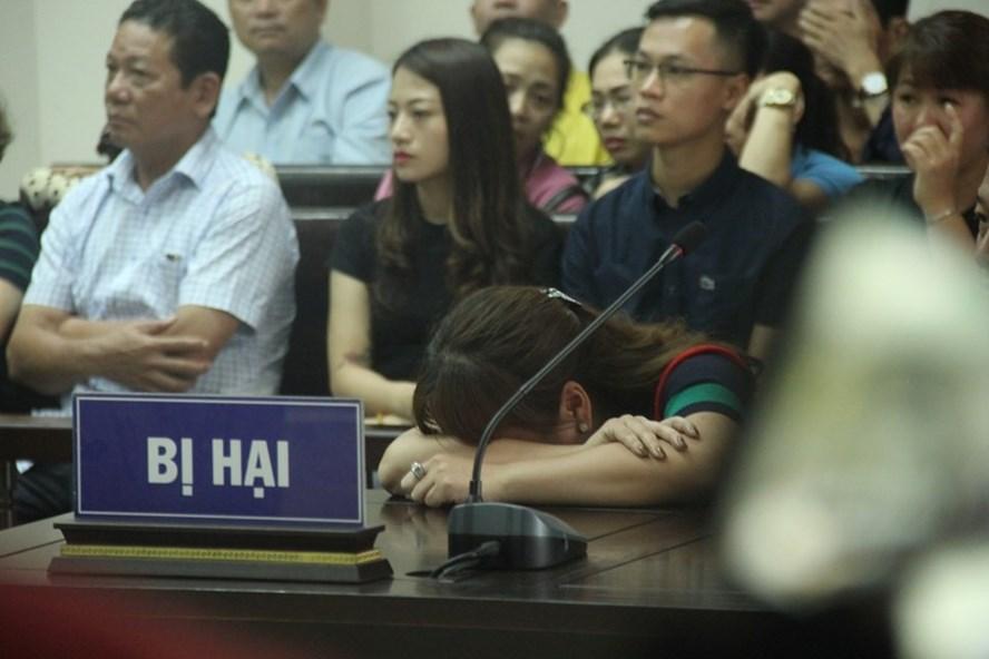 Chị Nghiêm Thúy Nga khóc tại tòa.