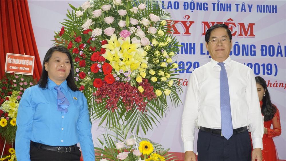 Đồng chí Phạm Viết Thanh - Ủy viên BCH Trung ương Đảng, Bí thư Tỉnh ủy Tây Ninh - (bên phải ảnh) trao tặng lẵng hoa chúc mừng đến đại diện LĐLĐ tỉnh Tây Ninh