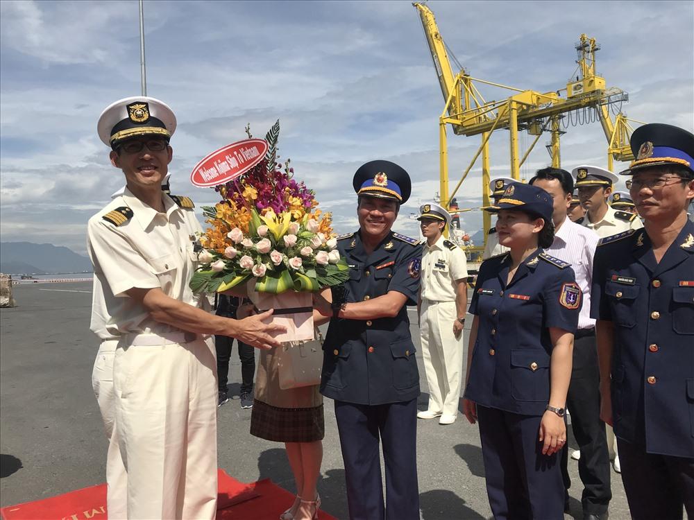 Đại diện lãnh đạo Bộ tư lệnh Cảnh sát biển tặng hoa cho thuyền trưởng tàu Kojima. ảnh: H.Vinh