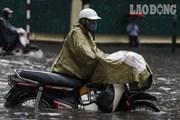 Dân Hà Nội bì bõm dắt xe chết máy sau cơn mưa lớn
