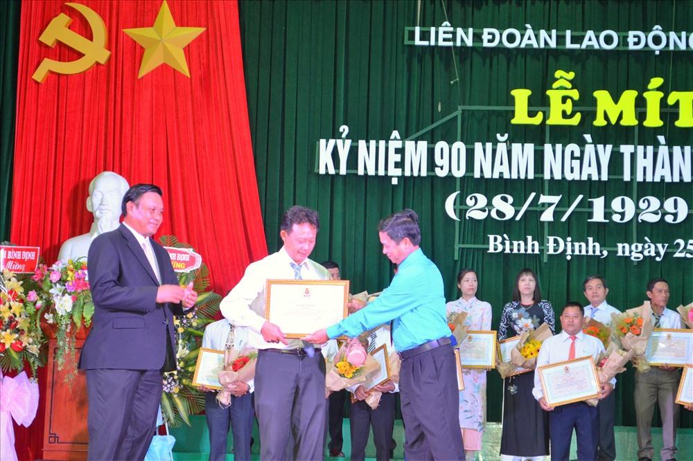 Chủ tịch LĐLĐ Bình Định Nguyễn Mạnh Hùng (hàng đầu, bên phải) trao thưởng cho Chủ tịch CĐCS tiêu biểu