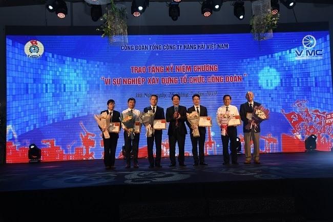 Trao Kỷ niệm chương Vì sự nghiệp xây dựng tổ chức CĐ