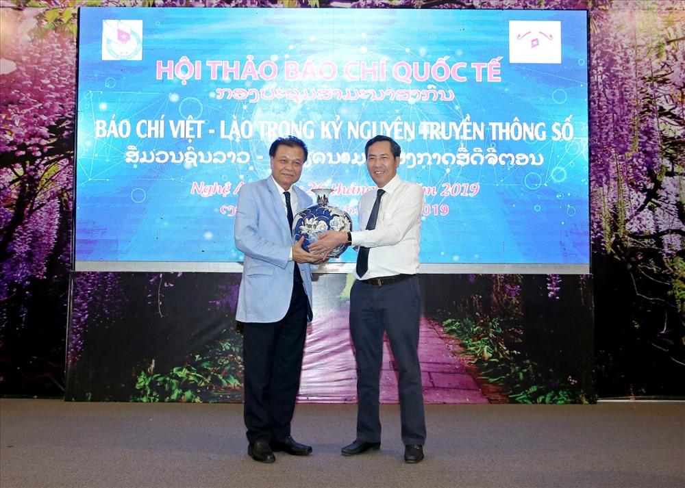 Chủ tịch Hội nhà báo hai nước Việt Nam, Lào giao lưu quà tặng. Ảnh: PV