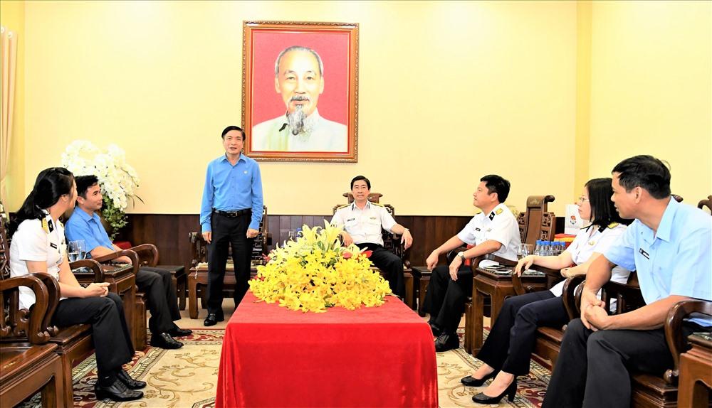 Chủ tịch Tổng LĐLĐ Việt Nam Bùi Văn Cường (người đứng) trò chuyện với tập thể lãnh đạo Tổng Công ty Tân cảng Sài Gòn.