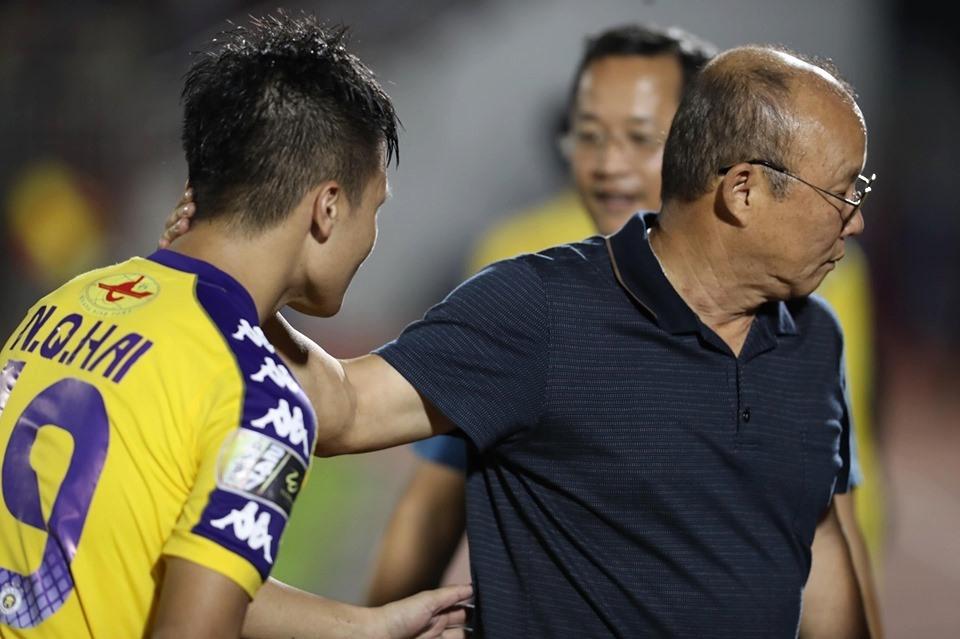 Thậm chí, HLV Park Hang-seo còn nán lại chờ Quang Hải trả lời phỏng vấn sau trận đấu xong mới bắt tay cậu trò cưng của mình. Ảnh: Đ.V