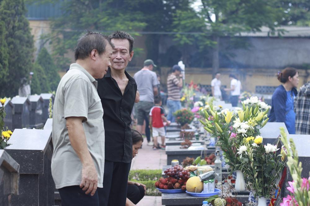 Hàng năm, cứ vào dịp kỷ niệm Ngày Thương binh liệt sĩ, Nghĩa trang Nhổn lại đón rất nhiều người tới thăm viếng, dân hương.
