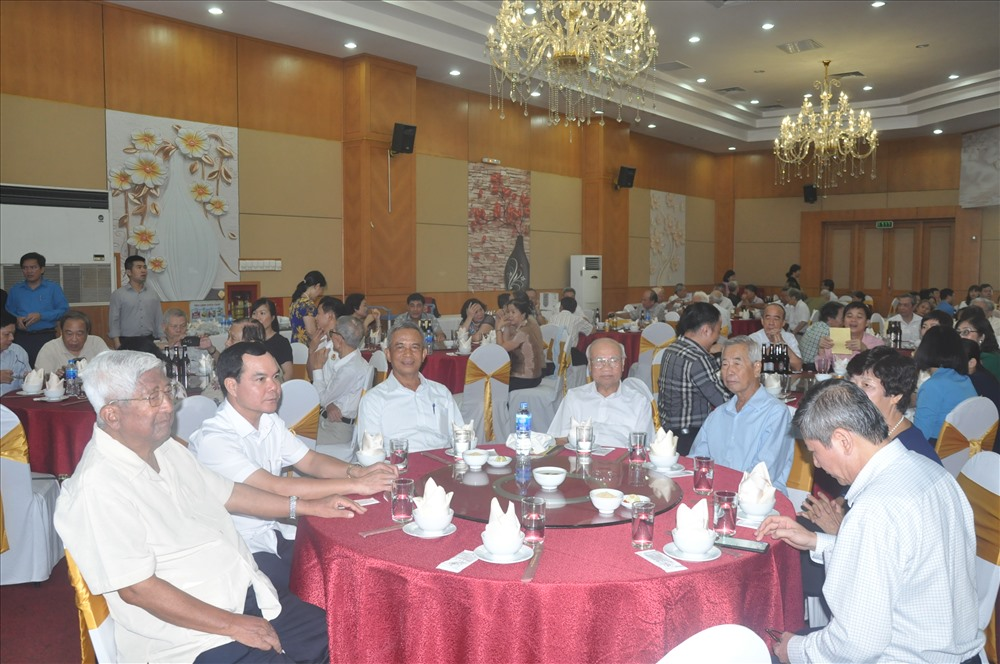 Đồng chí Nguyễn Đình Khang, Ủy viên Ban Chấp hành Trung ương Đảng, Bí thư Đảng đoàn Tổng Liên đoàn Lao động Việt Nam (thứ hai từ trái sang) cùng các đồng chí nguyên lãnh đạo Tổng LĐLĐVN tại buổi gặp mặt.
