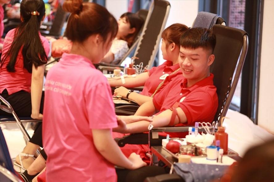 Mặc trời nắng các tình nguyện viên đến hiến máu trong ngày hội hiến máu lớn của cả nước rất đông.